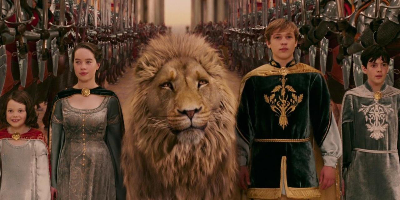 Aslan e os Irmãos Penvensie na cena final do filme O leão, a feiticeira e o guarda-roupa