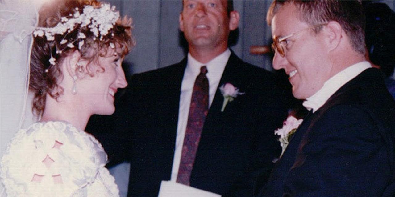 os autores Krickitt e Kim na cerimônia de casamento, dois meses antes do acidente.
